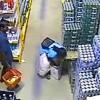 Mujer robando caja de cervezas