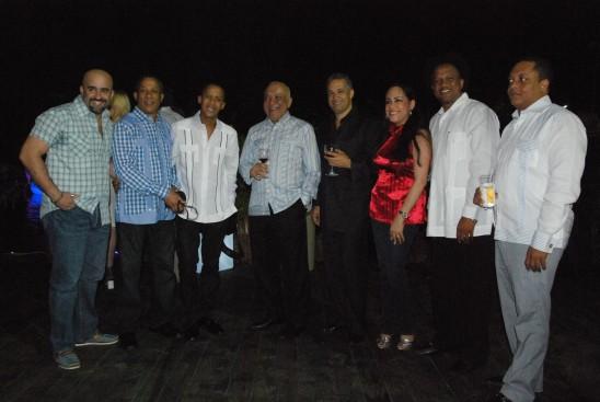 Jochy Santos y su equipo