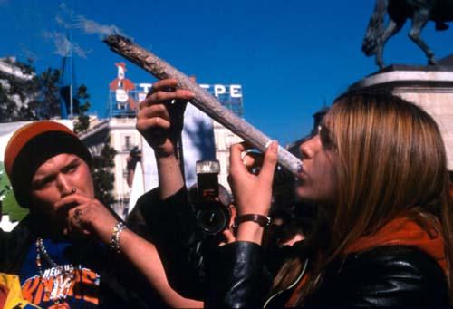 mujer fumando marihuana