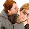 mujer tratando de besar hombre