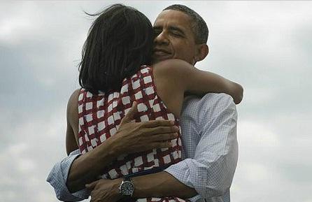 Barack Obama abraza a su esposa Michel