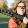 mujer armada escopeta