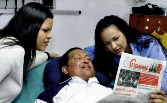 Chavez con sus hijas