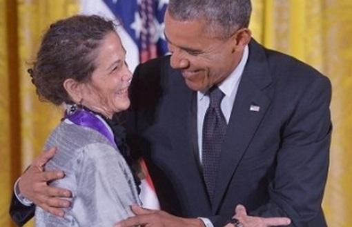 Julia Alvarez con Obama
