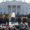 Activistas manifiestan frente a la Casa Blanca para poner fin al bloque en Cuba