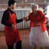 anciana vieja bailando