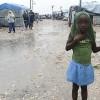 Haitianos que viven en tiendas de campaña en Puerto Príncipe, bajo la lluvia en agosto de 2012 (AFP/Archivos | Thony Belizaire)