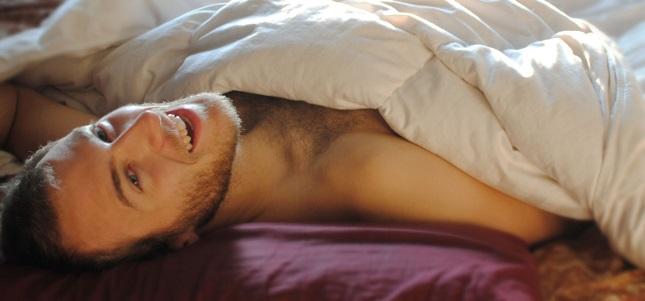 hombre cama