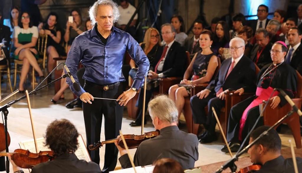 El maestro José Antonio Molina dirigió la Orquesta Sinfónica Nacional que participó en el concierto.