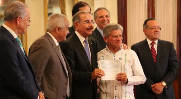 Medina entrega cheques
