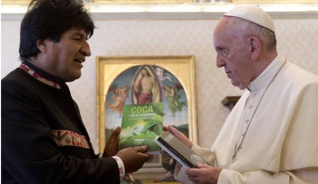 Morales entrega los libros sobre la coca al Papa. Alessandra Tarantino AP