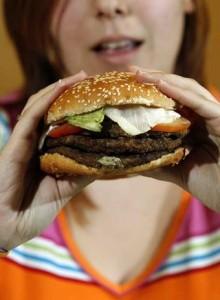 mujer_come_hamburguesa_Burger_King