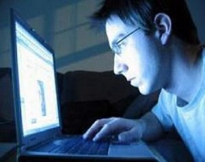 hombre computadora cibernauta