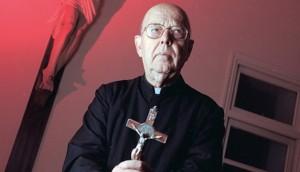 padre sacerdote exorcista