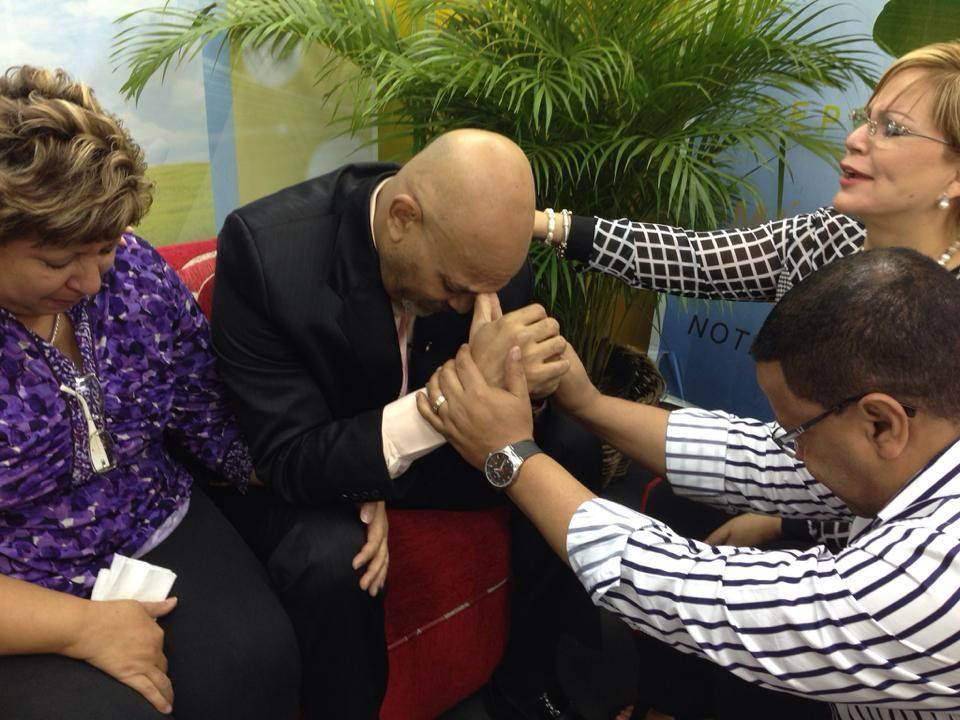 Nelson Javier acepta a Cristo, con Wanda Rolon