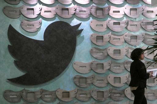 Una mujer pasa ante una pared decorada con el pájaro de Twitter en Santa Mónica, EEUU, el 7 de abril de 2015 (AFP/Archivos   Jonathan Alcorn)